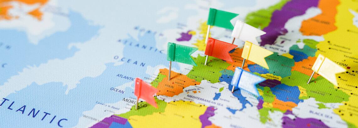 wereldkaart op canvasdoek met prikvlaggetjes